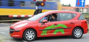 Greenwheels-Fahrzeug an einer Schranke