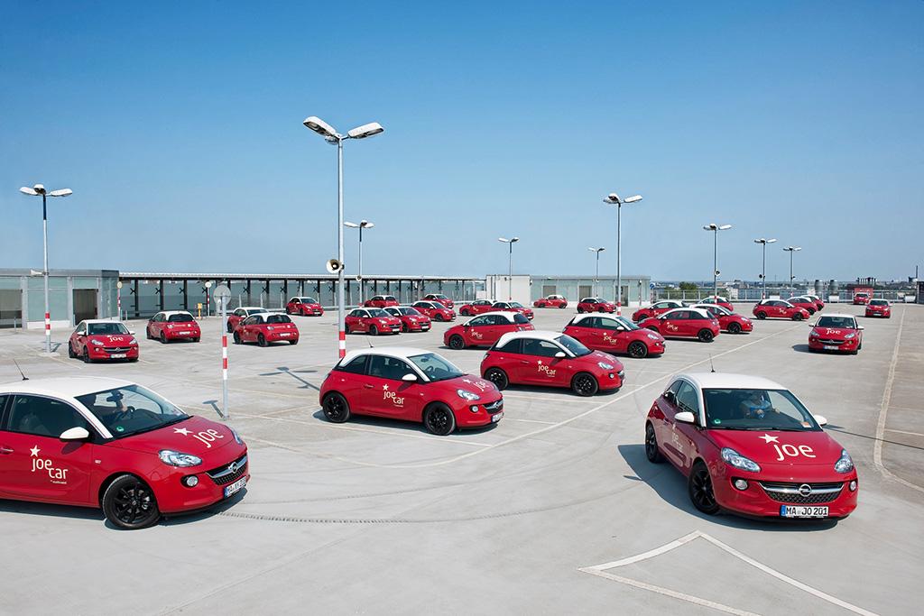 JoeCars auf einem Parkplatz