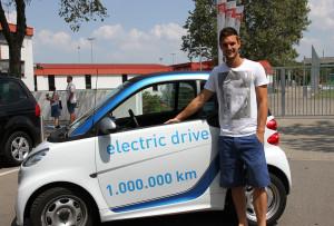 Sven Ulreich vor einem car2go