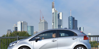 CiteeCar vor der Skyline in Frankfurt