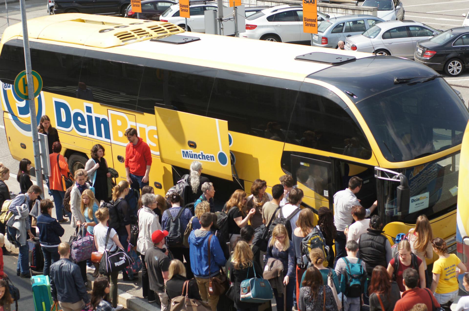 Fahrgäste vor einem Fernbus