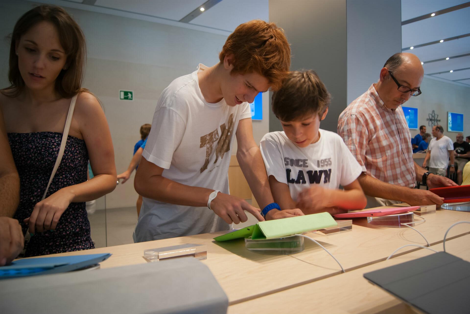 Junge Kunden in einem Apple-Store