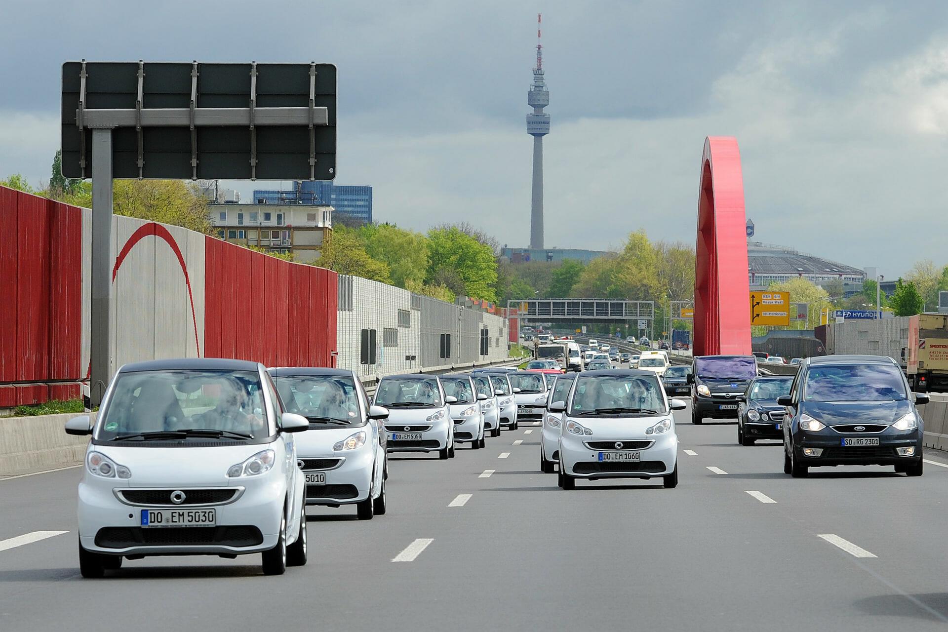 Zehn elektrische smarts, die die RWE-Standorte entlang der A40 verbinden.