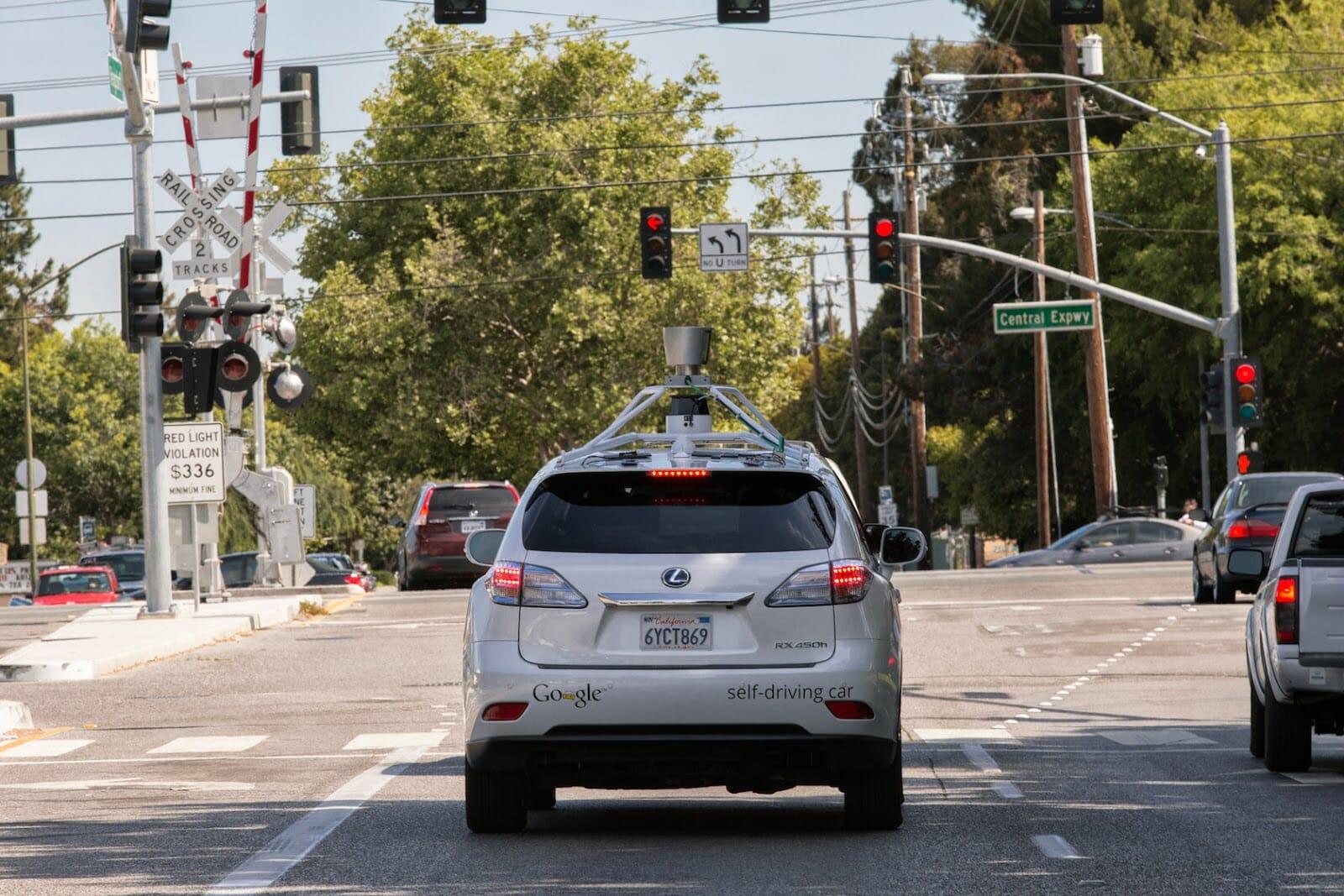 Selbstfahrendes Auto von Google im Stadtverkehr