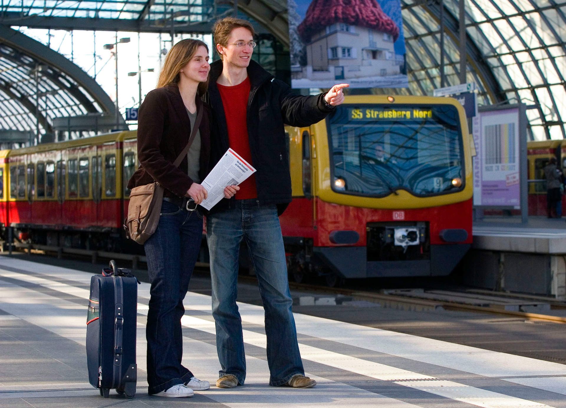 Reisende in Berlin Hbf nach deren Ankunft mit der Bahn