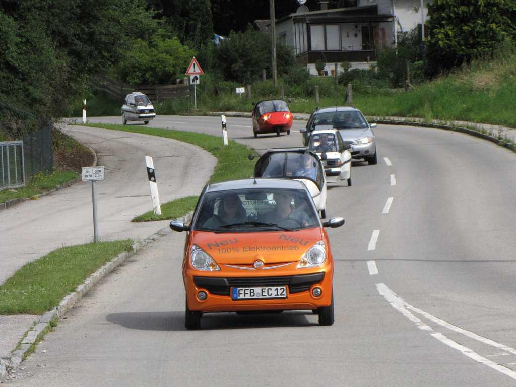 Elektrofahrzeuge in einer Karawane