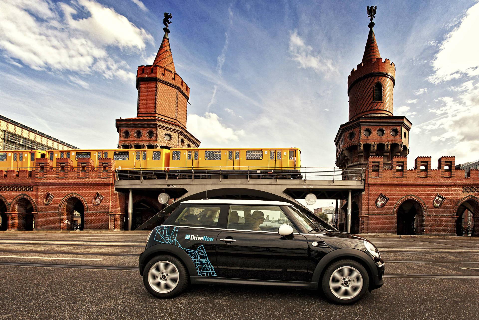 DriveNow MINI vor der Oberbaumbrücke in Berlin