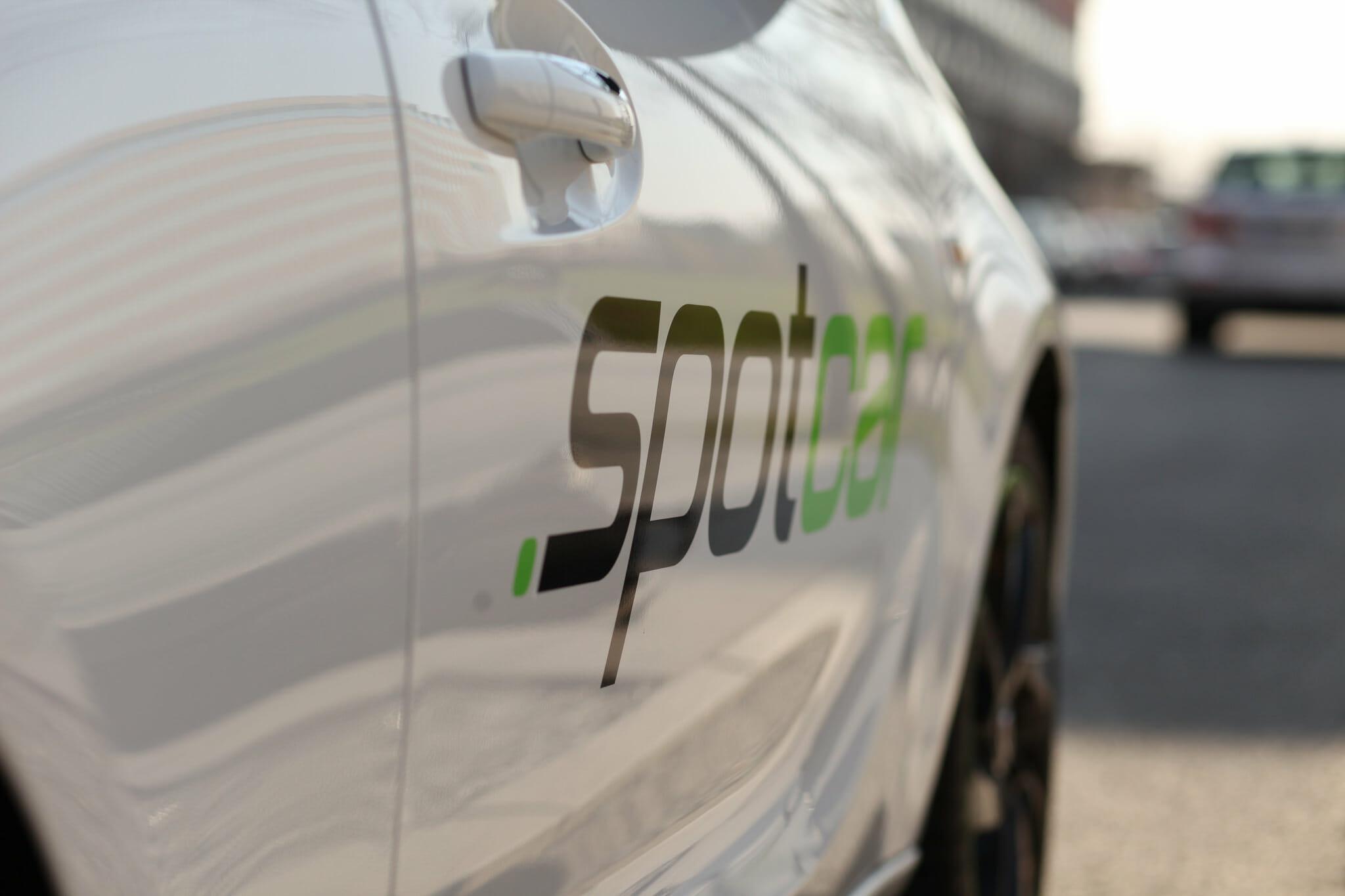 Spotcar Logo an einem Opel Adam