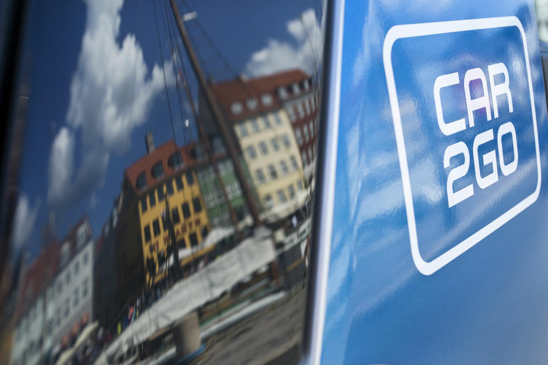 Kopenhagen spiegelt sich in einem car2go