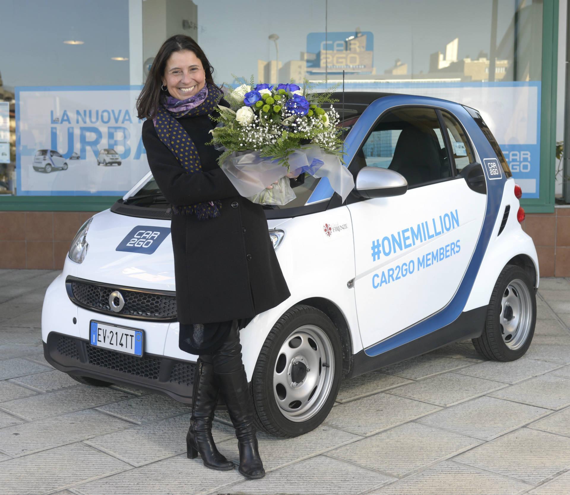 Die neue car2go-Kundin freut sich über einen Blumenstrauß und 1.000 Freiminuten