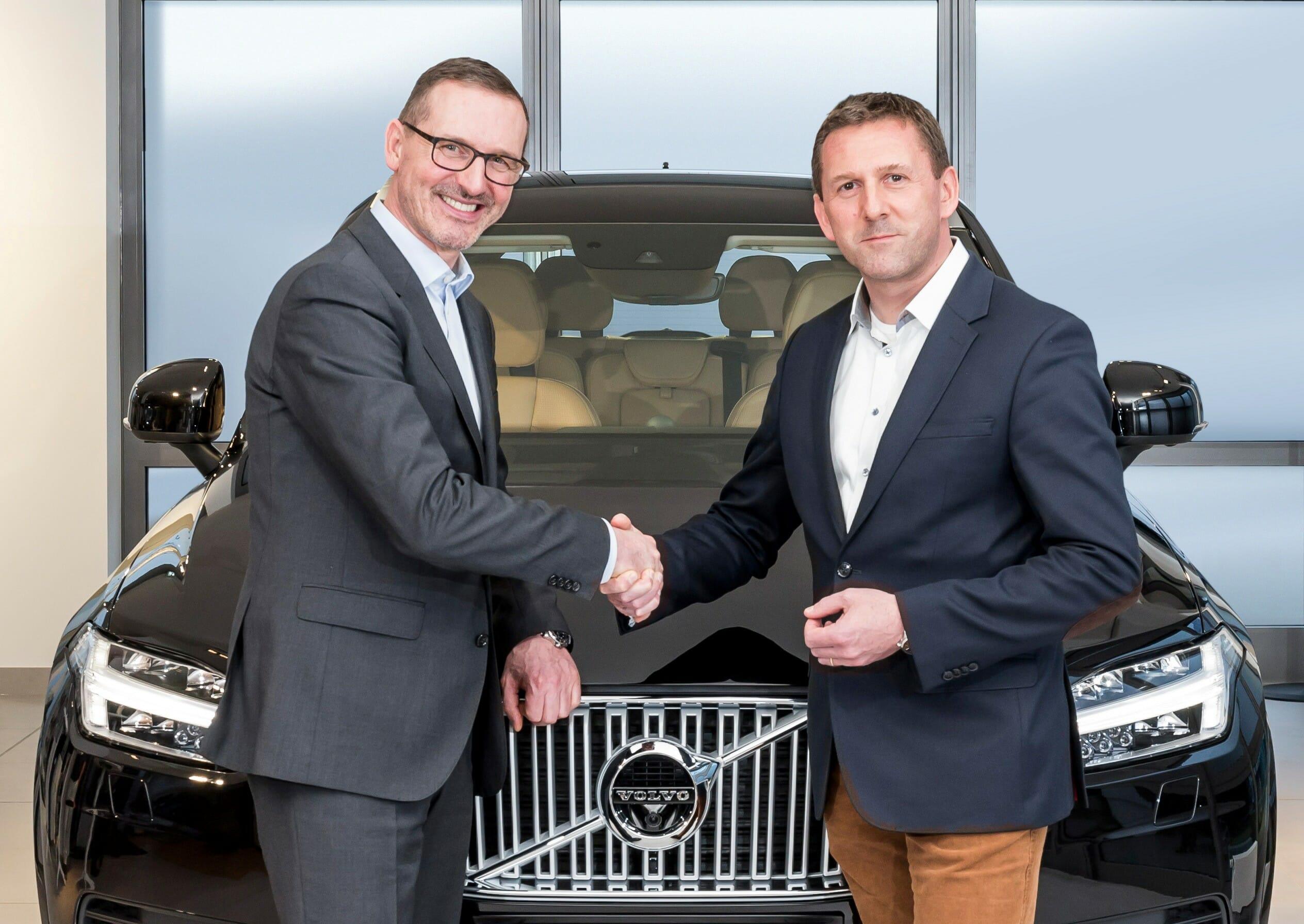 Thomas Bauch, Geschäftsführer Volvo Car Germany (re.), und Jürgen Lobach, Geschäftsführer CCUnirent System GmbH (li.)