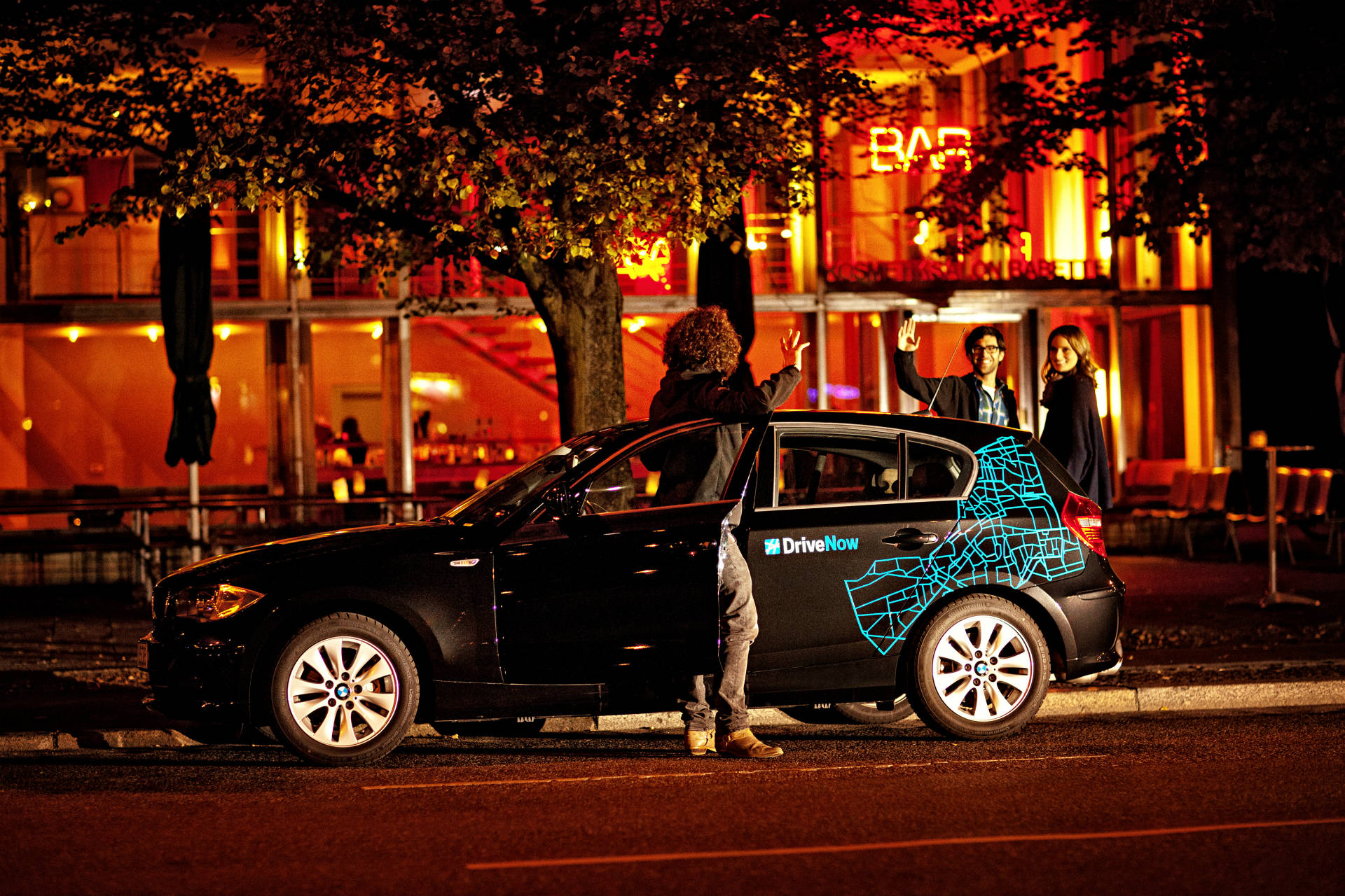 BMW 1er von DriveNow vor einem Restaurant
