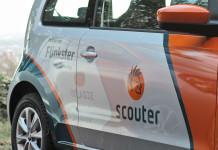 Ein Carsharing-Fahrzeug mit Scouter-Branding