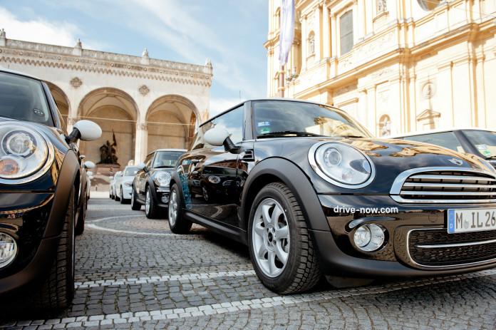 Flotte von DriveNow am Odeonsplatz in München