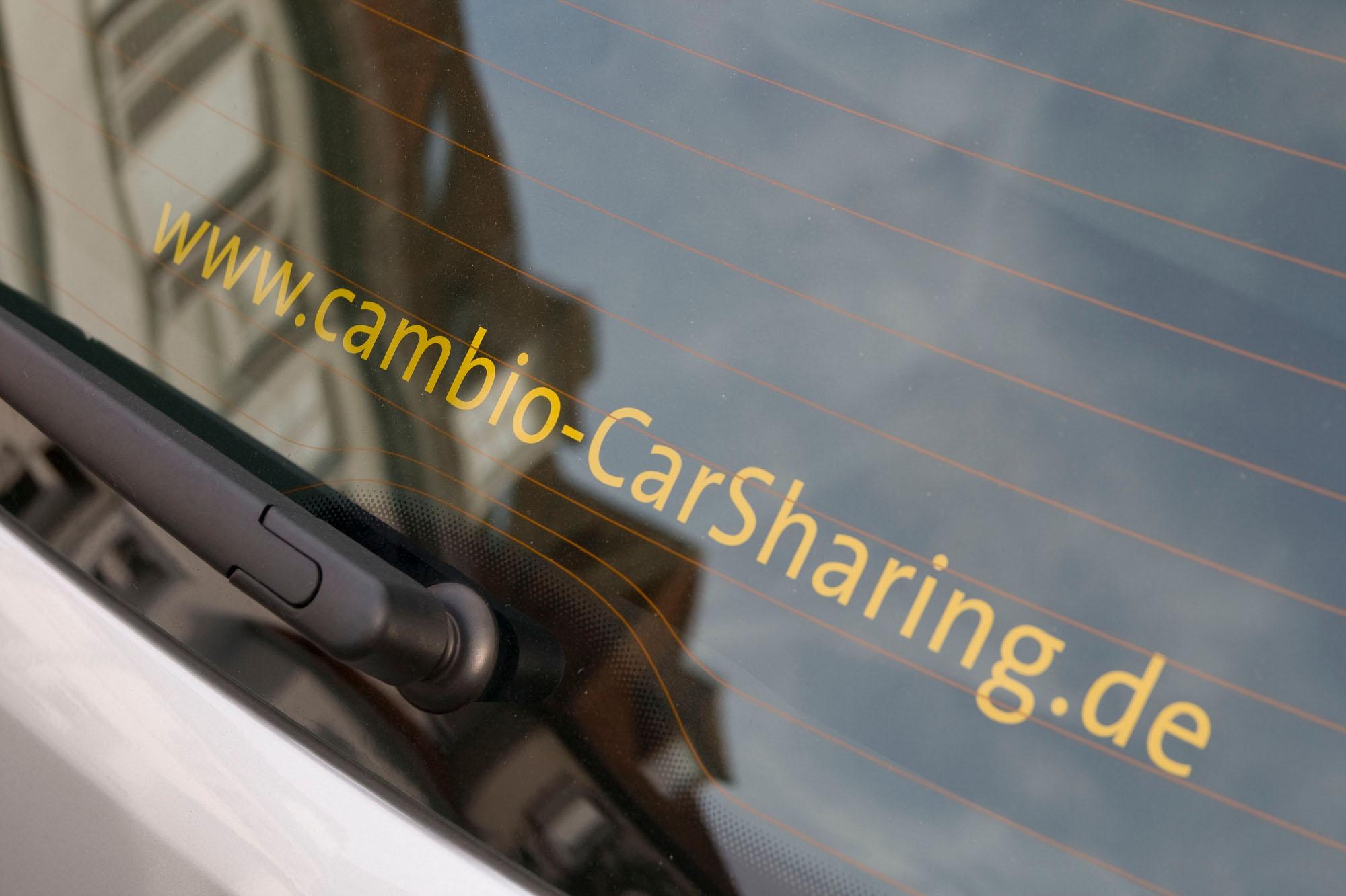 Die Webadresse von cambio, wie sie auf cambioAutos an der Heckscheibe zu finden ist.