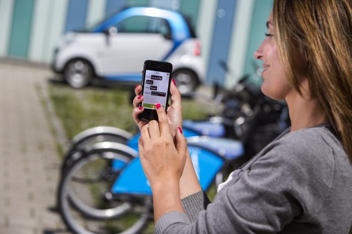 Eine Frau nutzt die moovel-App