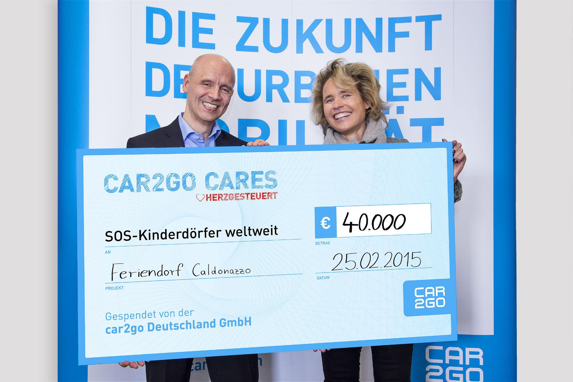 Geschäftsführer car2go Europe GmbH, Thomas Beermann, überreicht Scheck an Sabine Fuchs, Geschäftsführerin von SOS-Kinderdörfer Global Partner