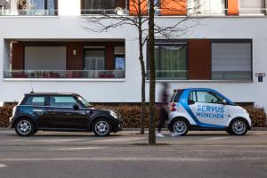 Ein Mini von DriveNow und ein Smart von car2go