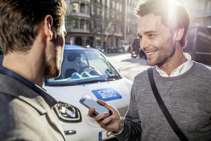 Neues Modell von car2go mit Smartphone-Nutzer