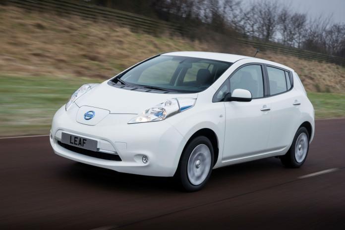 Elektroauto Nissan Leaf während der Fahrt