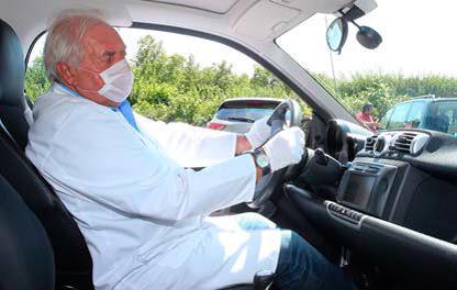 Der Hygiene-Experte Horst Veith auf der Suche nach Keimen im car2go-Auto.
