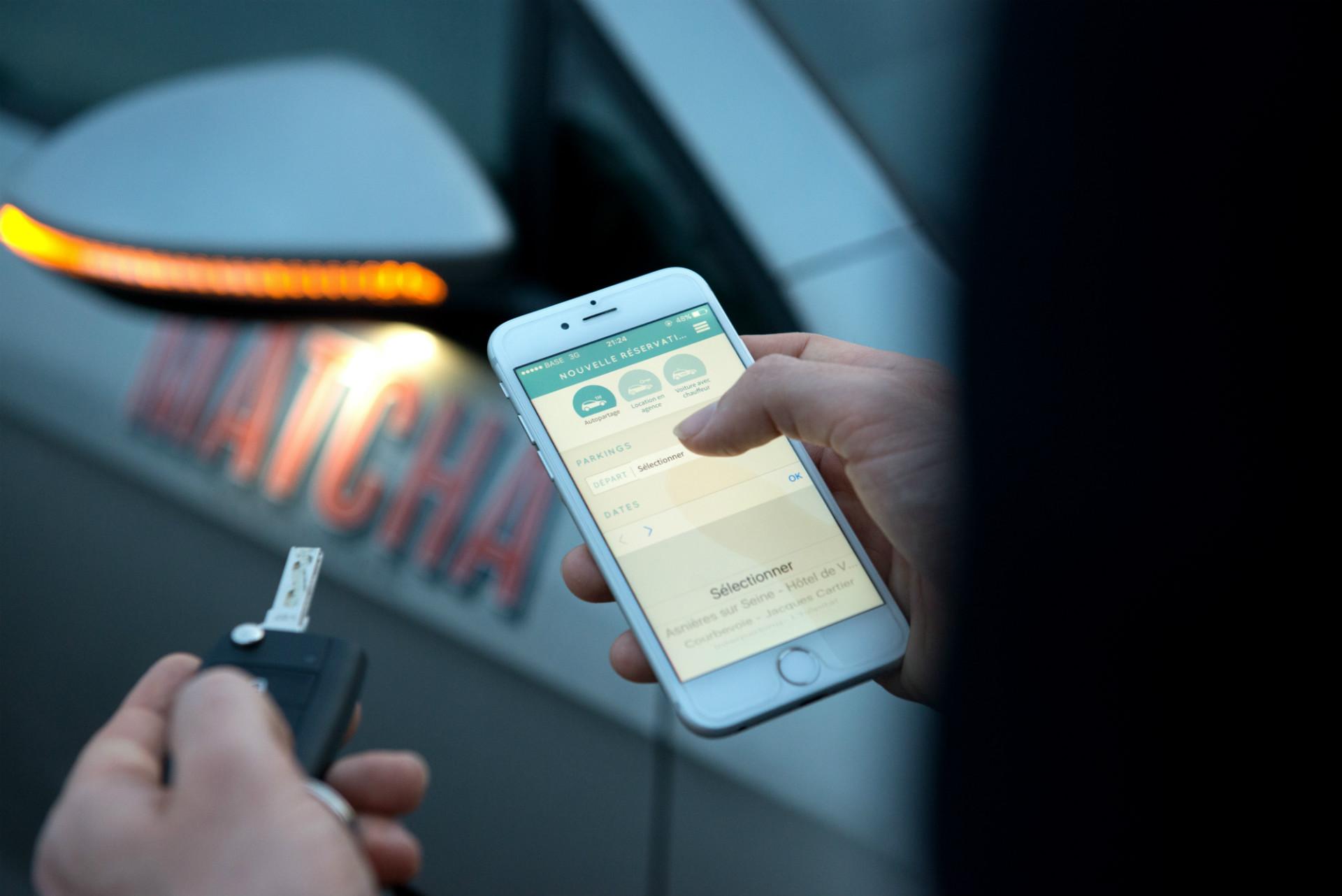 Ubeeqo App, im Hintergrund ein Matcha Carsharing Fahrzeug