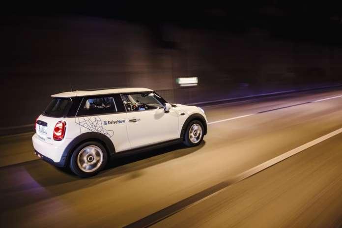 MINI von DriveNow in einem Tunnel