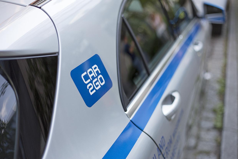 Das Logo von car2go auf einem Mercedes