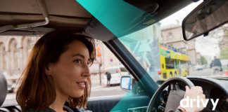 Frau im Auto mit Drivy Logo