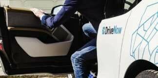 Person steigt aus einem BMW i3 aus