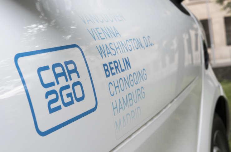 Fahrzeug von car2go mit Beklebung der Standorte